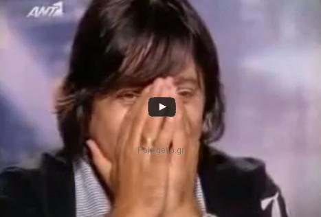 Αστείο βίντεο: παπαγάλος ταΐζει τον