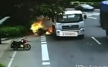 Φορτηγό παρασύρει οδηγό και μοτοσυκλέτα που φλέγεται ! (video)