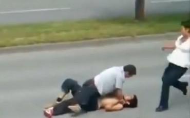 Μαμά σώζει τον γιο της από ξυλοδαρμό κλοτσώντας τον αντίπαλο! [βίντεο]