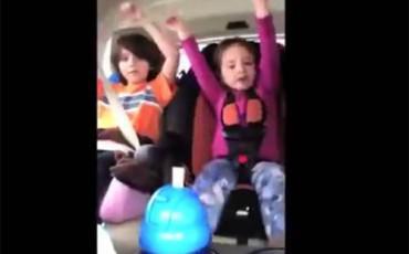 Μητέρα βιντεοσκοπεί το παιδί της ενώ οδηγεί και τρακάρει...