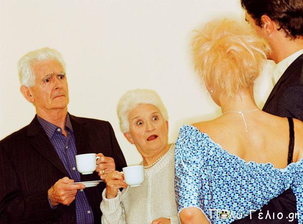 Θεϊκό Ανέκδοτο: Κοπέλα φέρνει τον Φίλο στους Πλούσιους Γονείς της...