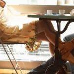 Ανέκδοτο: Δύο ζευγάρια έπαιζαν Poker, όταν πέφτουν κάτω τα χαρτιά του Γιώργου και βλέπει ανοιχτά τα πόδια της….