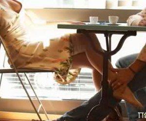 Ανέκδοτο: Δύο ζευγάρια έπαιζαν Poker, όταν πέφτουν κάτω τα χαρτιά του Γιώργου και βλέπει ανοιχτά τα πόδια της....