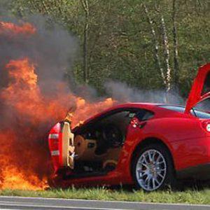 Ανέκδοτο: Είναι o παπάς με το Lada και τρακάρει έναν με Ferrari....