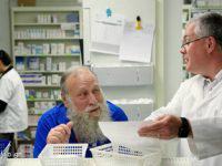 Ανέκδοτο: Μπαίνει ένας παππούς 80άρης στο φαρμακείο....