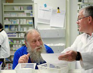 Ανέκδοτο: Μπαίνει ένας παππούς 80άρης σε φαρμακείο....